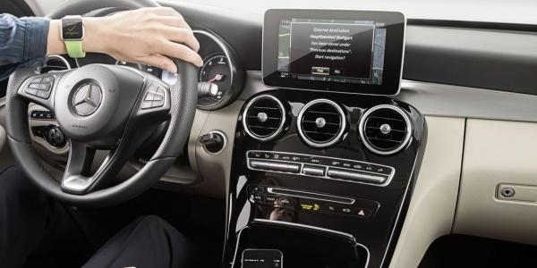 Навигаторы «Мерседесов» объединили часы Apple
