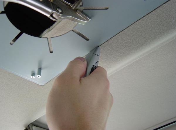 Обрезаем обшивку потолка автомобиля потолочный монитор для автомобиля Что такое потолочный монитор для автомобиля. Как установить самому? potolochnyiy monitor dlya avtomobilya 8