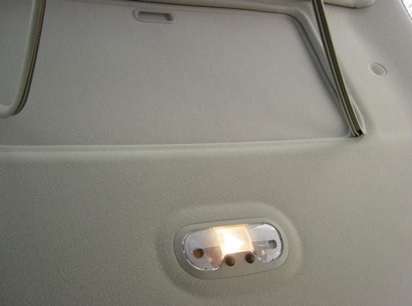 установка потолочного монитора на потолке автомобиля потолочный монитор для автомобиля Что такое потолочный монитор для автомобиля. Как установить самому? potolochnyiy monitor dlya avtomobilya 3
